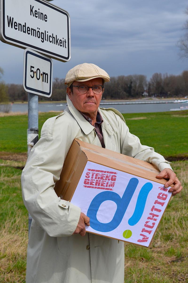 Kommissar Bröckelmeyer auf der Suche nach dem Empfänger der geheimnisvollen Kiste